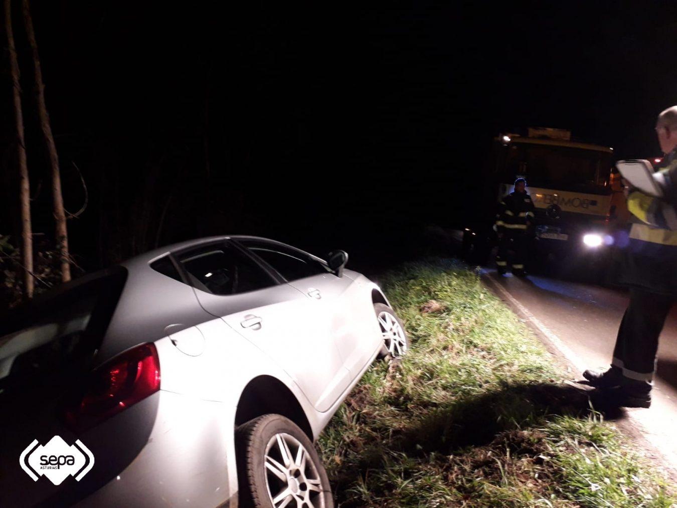 Una persona resulta herida tras salirse de la carretera en el cruce de Carrandi (Colunga)