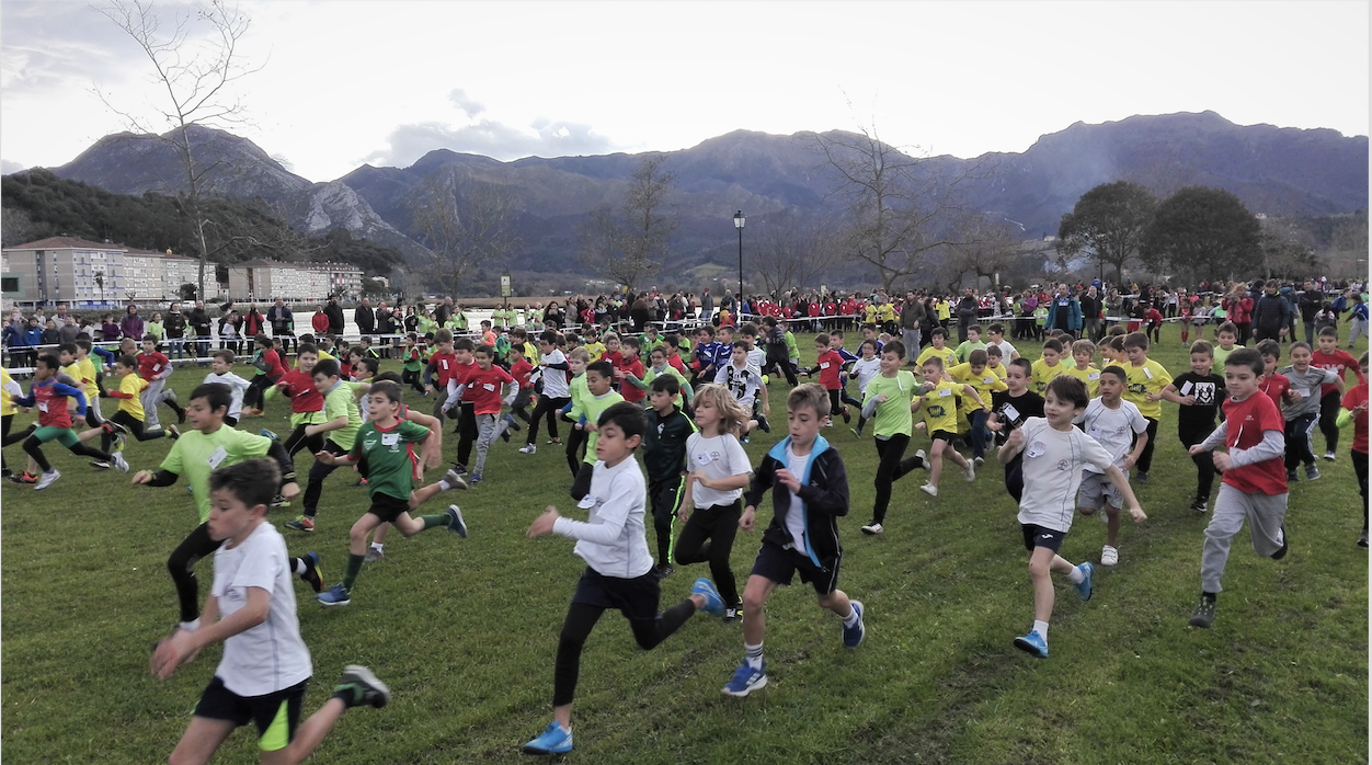 Cerca de 700 escolares de todo el oriente combaten la fuerza del viento en Ribadesella