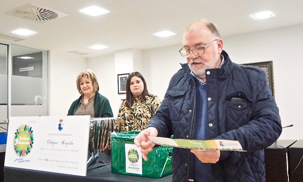 María Josefa Suero Sánchez gana los 500 euros del Sorteo de la Navidad de Ribadesella