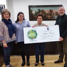 Josefa Suero recoge el premio de 500 euros que le ha reportado la Navidad de Ribadesella