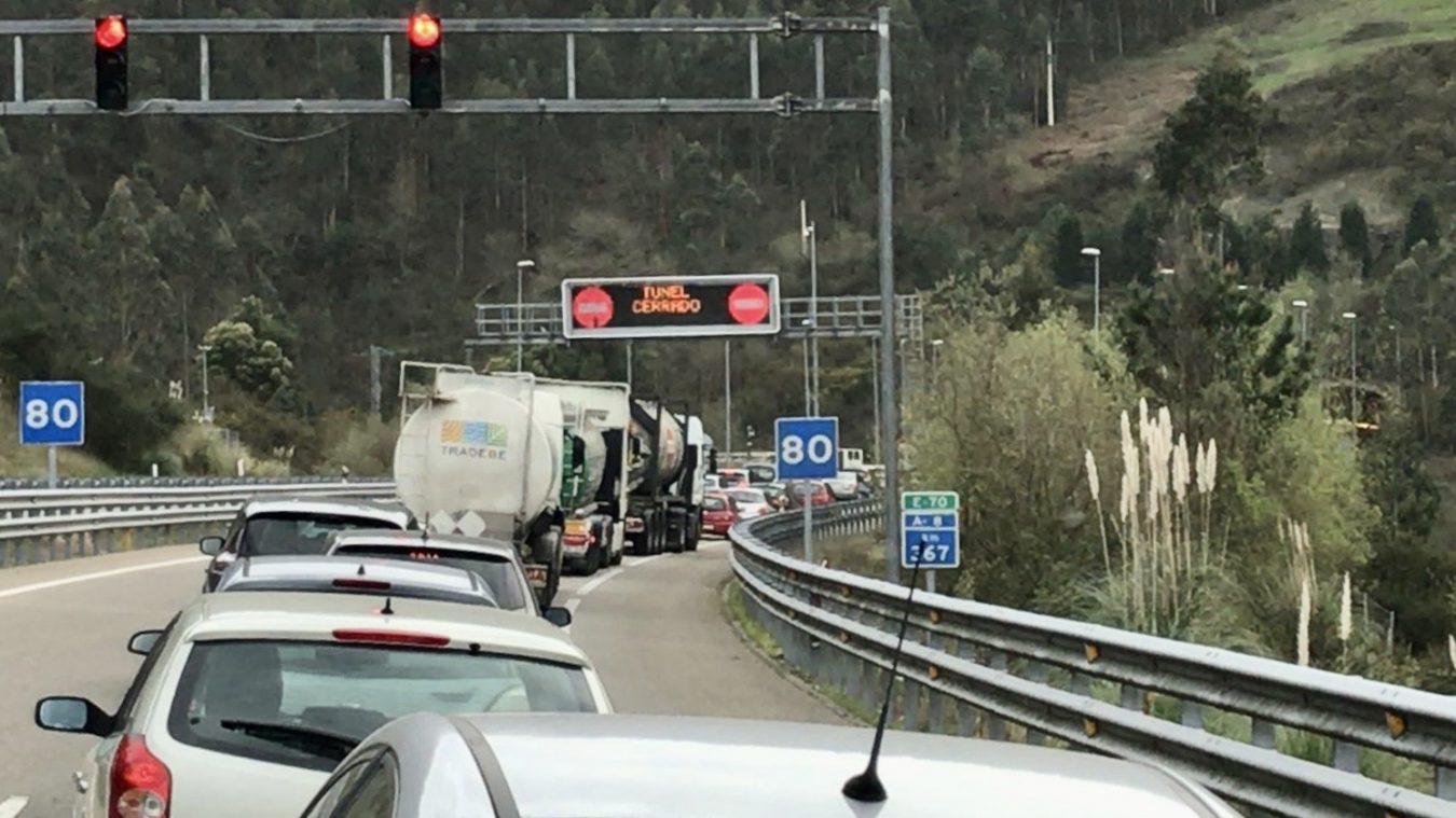 Un accidente de tráfico mantiene cortada la A-8 dirección Santander en el túnel de Brañaviella