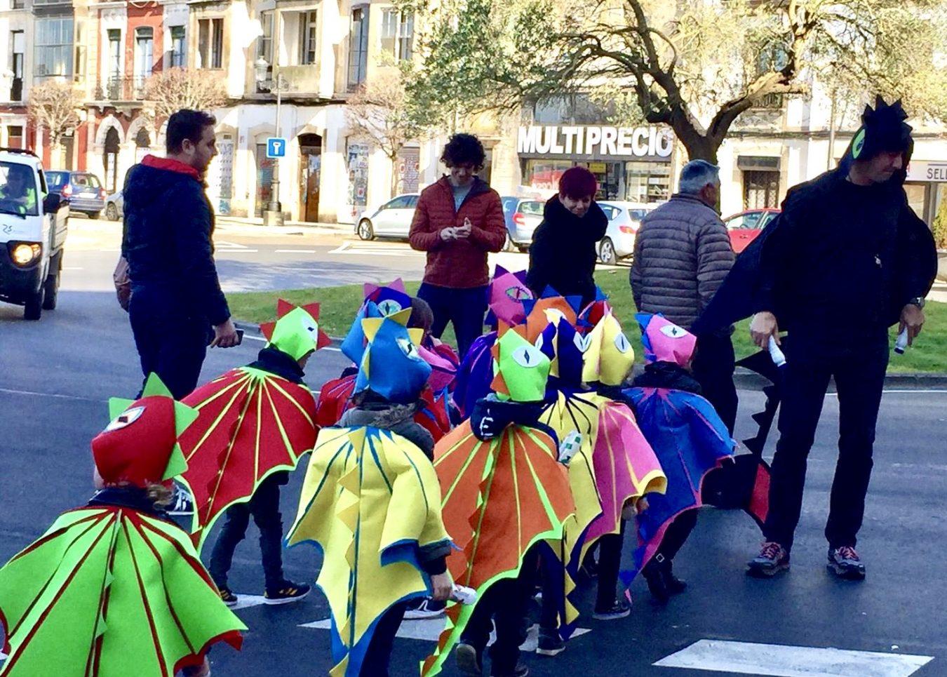 Antroxu Escolar a ritmo de charanga por las calles de Ribadesella