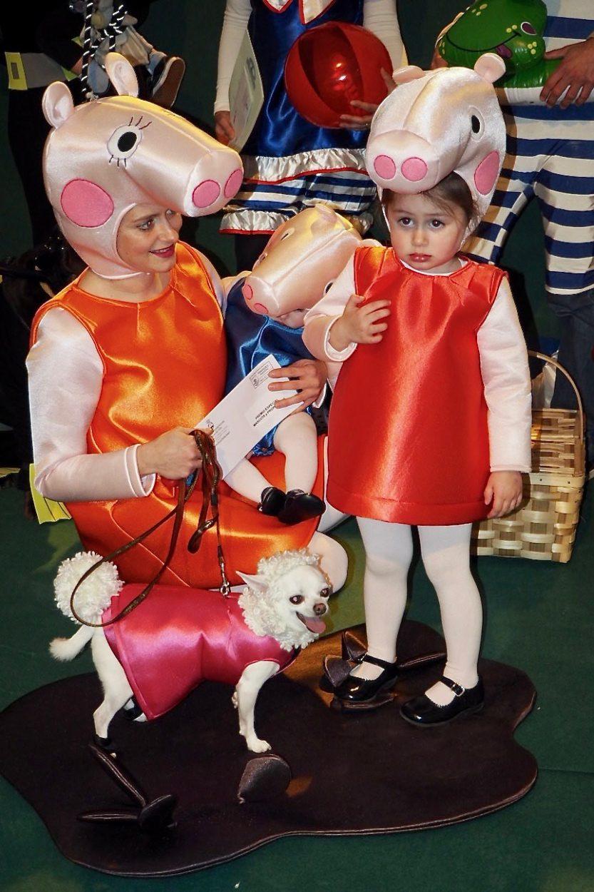 El mundo de Pepa Pig y los bañistas retro de Llanes triunfan en el Carnaval de las Mascotas