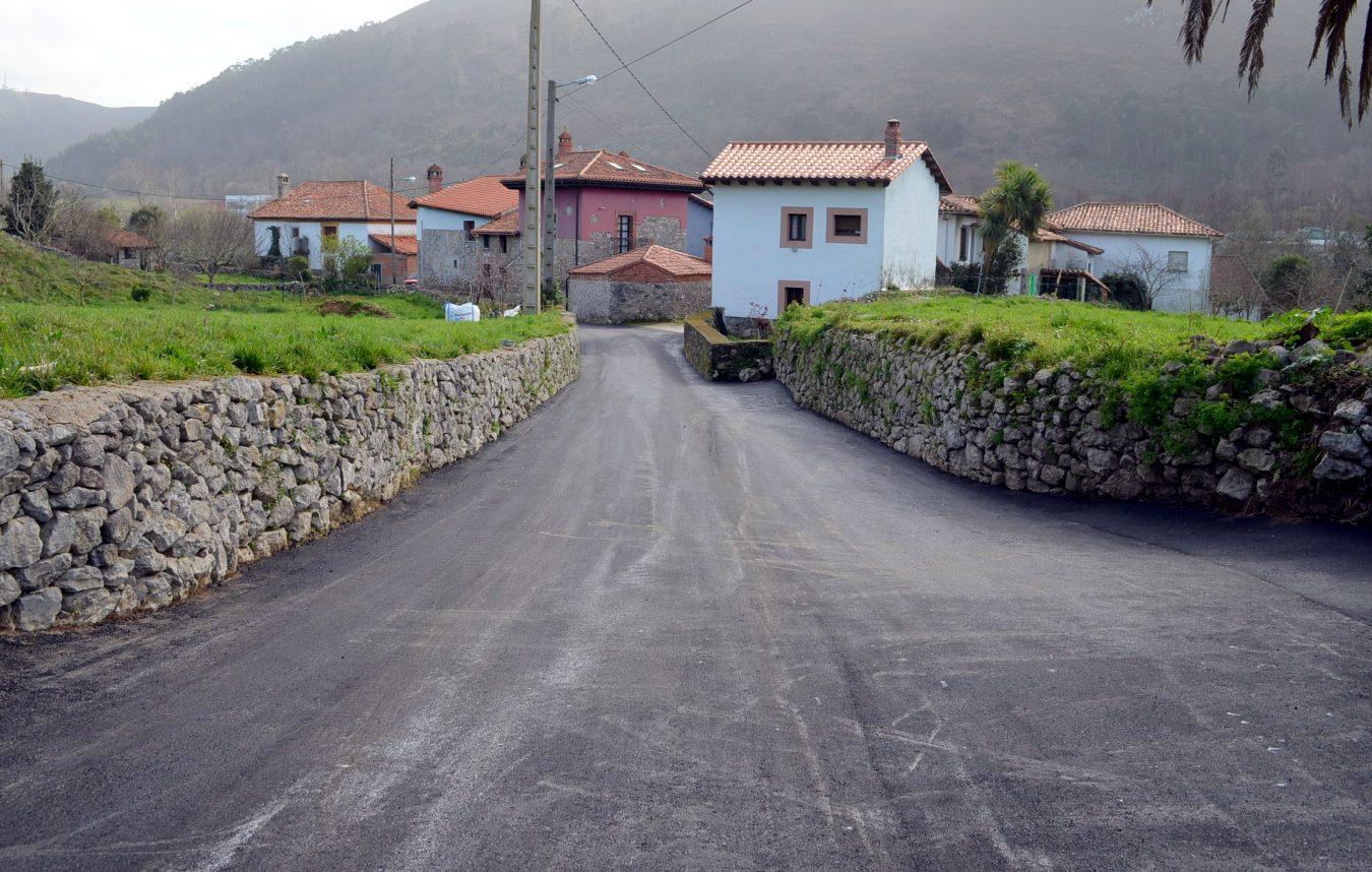 Los caminos de Piñeres de Pría (Llanes) como autopistas tras su reciente mejora