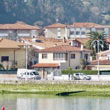 Intervención de urgencia en la calle Coronel Bravo de Ribadesella para atender a una vecina indispuesta