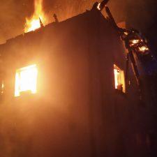 Un incendio calcina por completo una casa en Labra (Cangas de Onís)