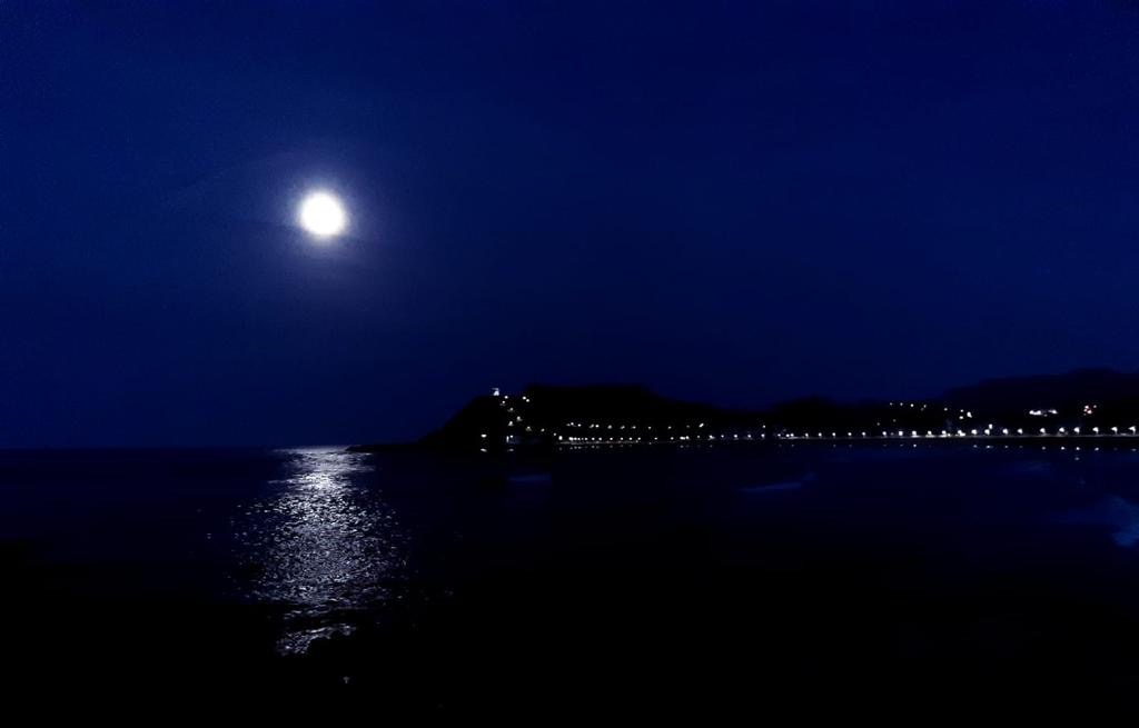 Noche de luna llena sobre la bahía de Ribadesella