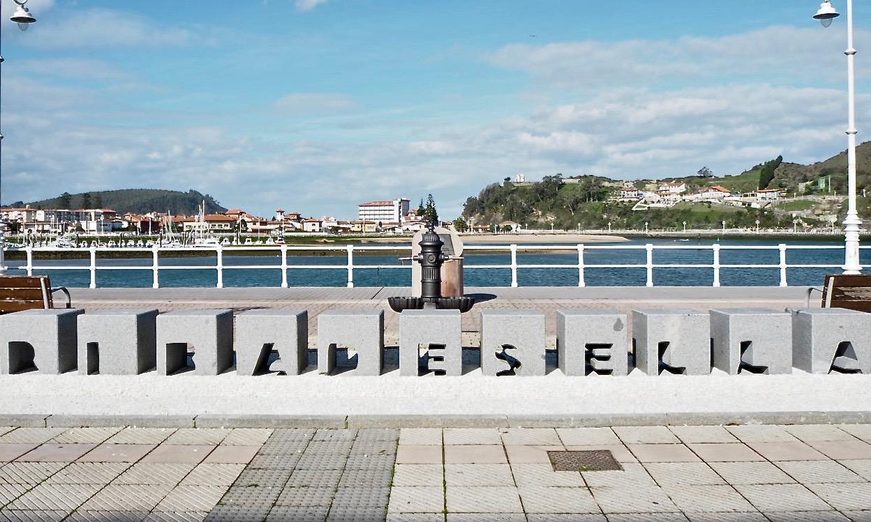 Piden un poco de color para el letrero en piedra instalado en el Paseo Princesa Letizia de Ribadesella
