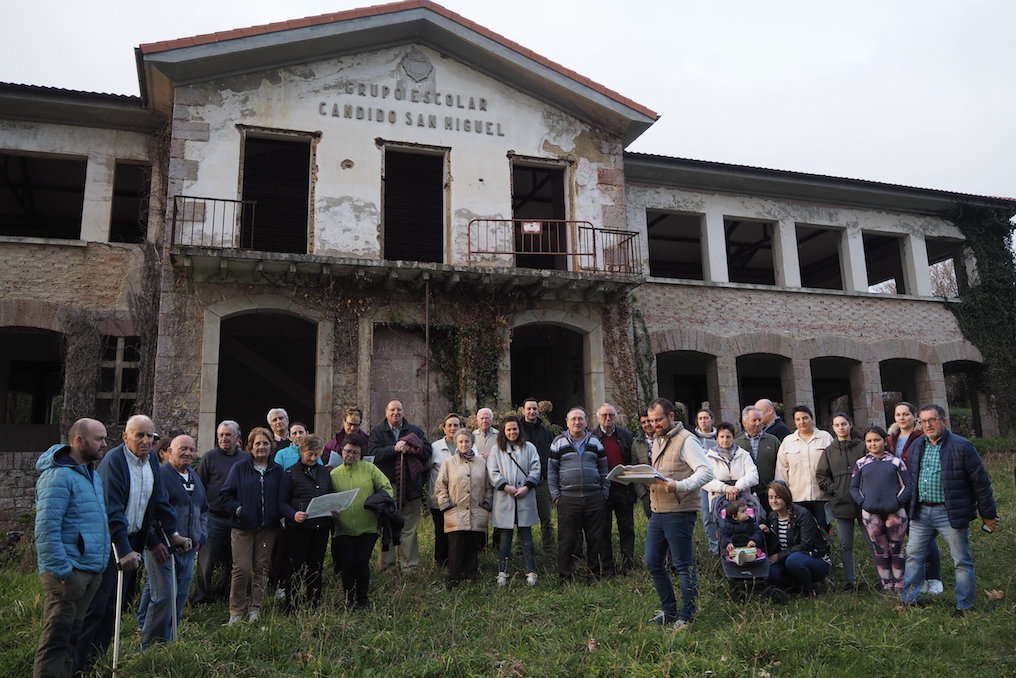 El Ayuntamiento de Piloña estudia junto a los vecinos el proyecto de Adif para suprimir cuatro pasos a nivel en el concejo