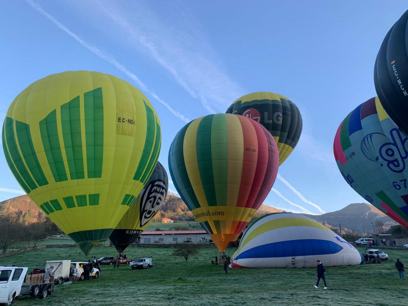 Diez globos aerostáticos atraviesan los Picos de Europa en tres horas de travesía