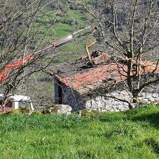 Peñamellera Baja derriba una cabaña ganadera transformada en vivienda en Bores