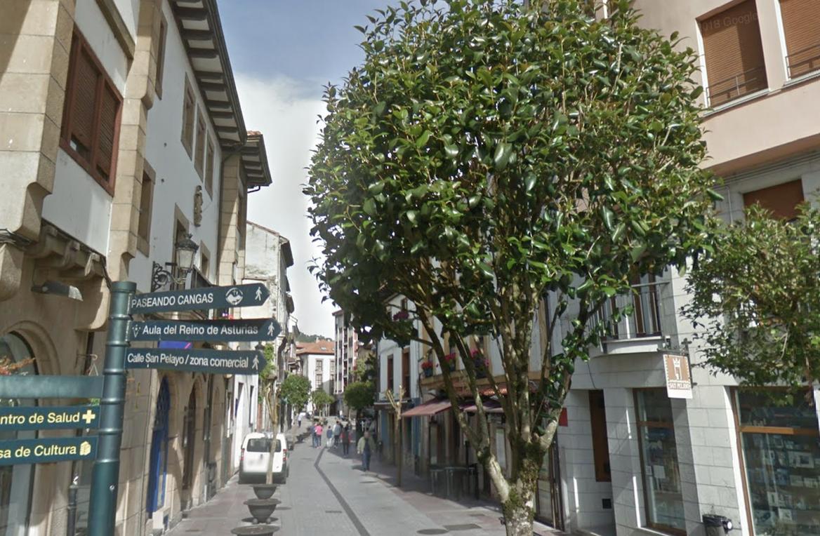 Cangas de Onís abre al tráfico la calle San Pelayo y suspende la zona azul de El Censo