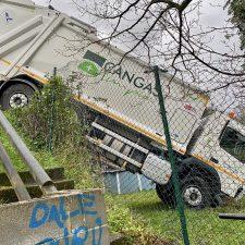 Aparatoso accidente sin heridos de un camión de la basura en Cangas de Onís