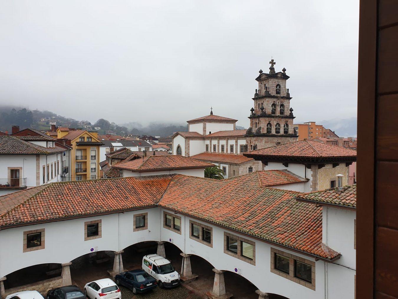 Un vecino de Cangas de Onís permanece aislado en su domicilio tras dar positivo en coronavirus