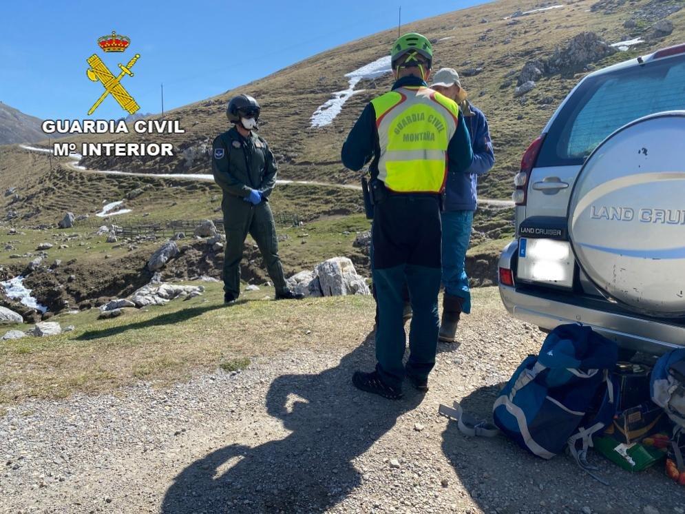 Denunciado un vecino de Gijón por acampar con su coche en los Picos de Europa
