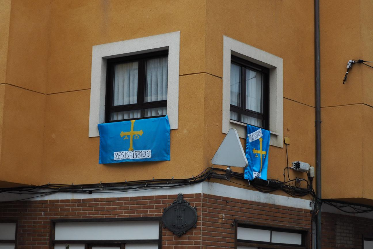 El Chalaneru o el Himno de Asturias acompañado de gaita amenizan los balcones de la comarca durante el confinamiento