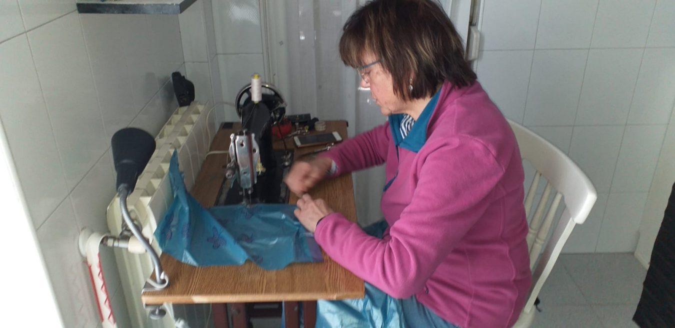 Vecinos de Arriondas confeccionan batas de plástico para un hospital de Toledo