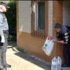Un Guardia Civil de Carreña de Cabrales le lleva la compra a un anciano que vive aislado