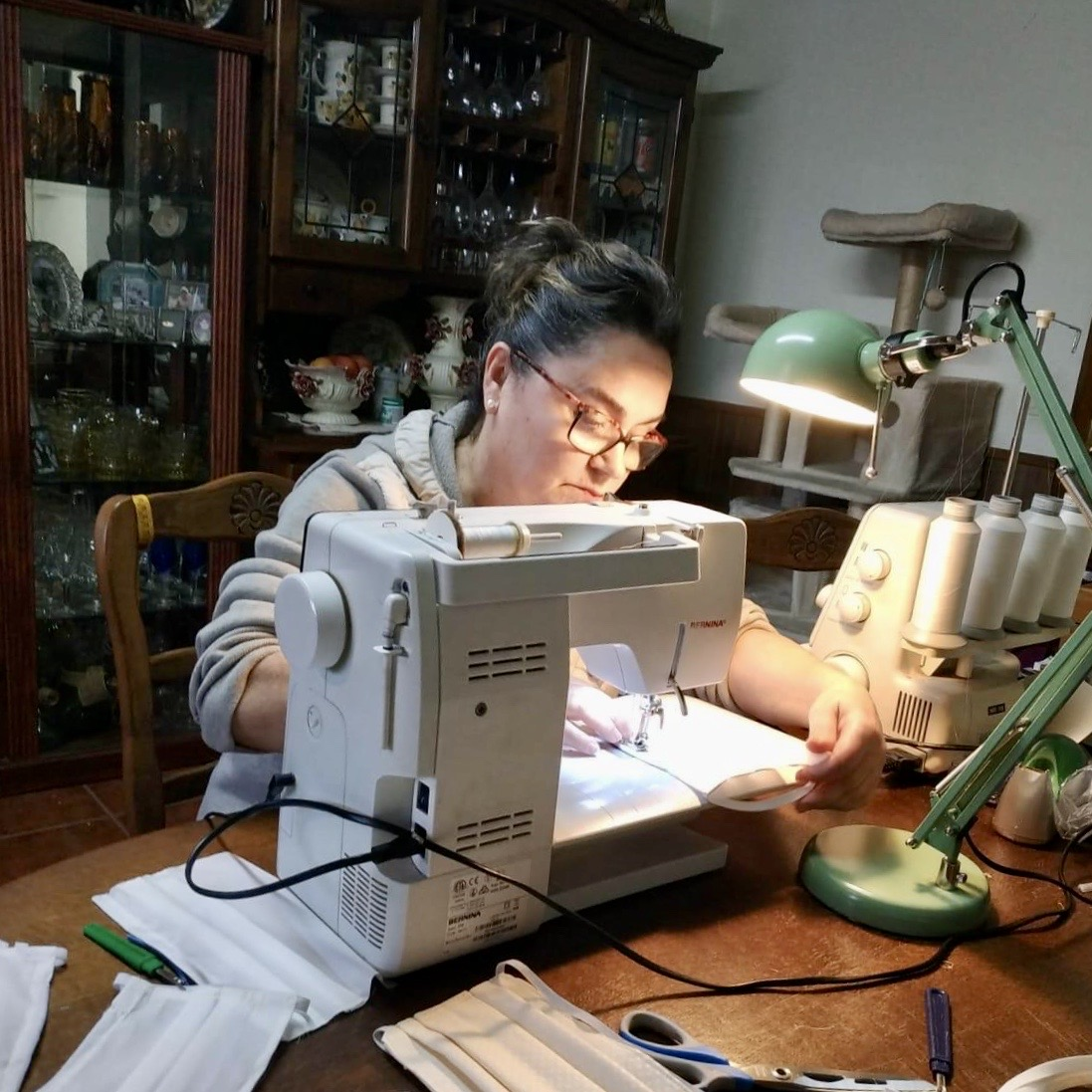 Veintiún costureras de Ribadesella se unen para confeccionar mascarillas. Mañana entregan las primeras