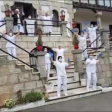 El Hogar San José de la Montaña de Ribadesella celebra el día de su santo bailando y cantando Resistiré