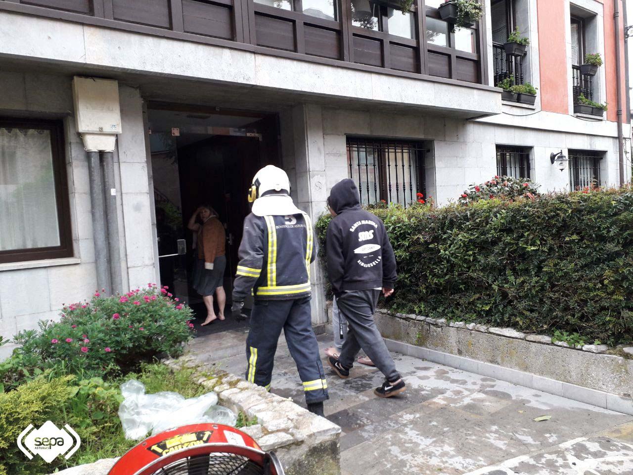 El incendio de un bajo-vivienda obliga a desalojar a 30 personas de un edificio en el centro de Ribadesella