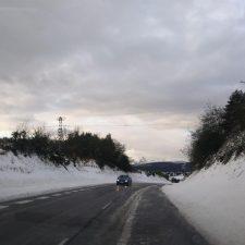 La primera nevada de esta primavera corta la carretera de Los Lagos y causa problemas en Cabrales y Ponga