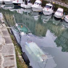 Un pesquero se queda hundido en el puerto de Llanes debido a la falta de calado