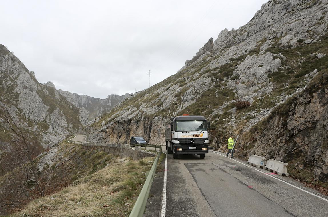 Día histórico en Sotres, comienza la instalación de las viseras antialudes en la carretera AS-264