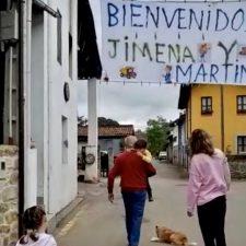 El pueblo de Corao se vuelca con Jimena y Martín, sus dos infantes