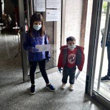 Piloña reparte las primeras mascarillas infantiles entre los niñ@s del concejo