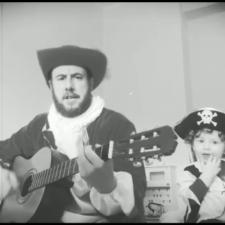 Un riosellano de Linares que vive en Cangas de Onís se hace viral con una canción infantil contra el coronavirus