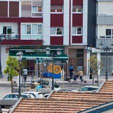 Nuevos controles policiales a pie de supermercado en la villa de Ribadesella