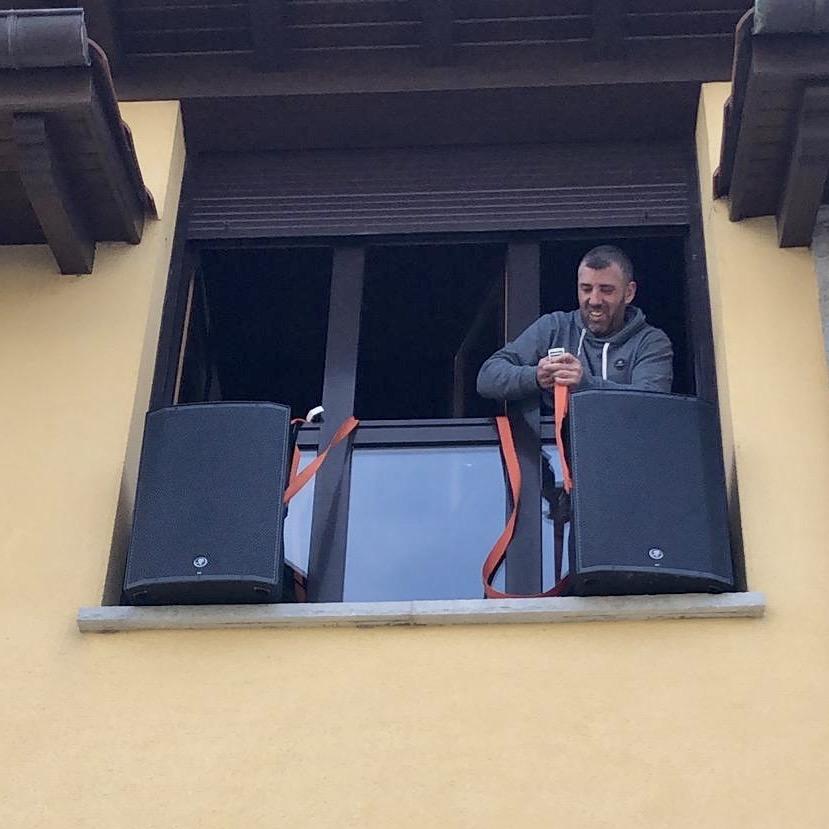 Toriellu recoge peticiones musicales en sus redes sociales para amenizar la hora de los balcones