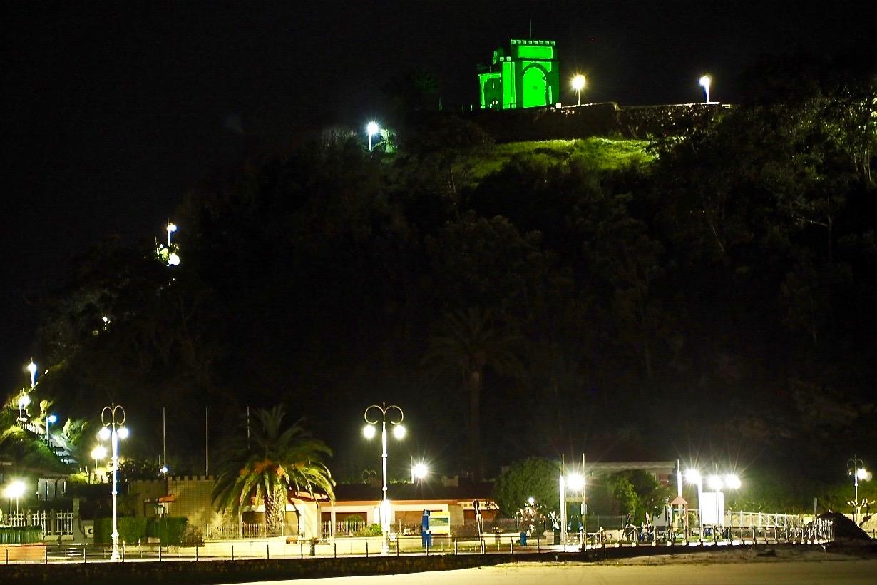 Ribadesella ilumina su Ermita de Guía con el color verde esperanza