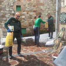 La Guardia Civil atiende a los vecinos incomunicados por la nieve en los Picos de Europa