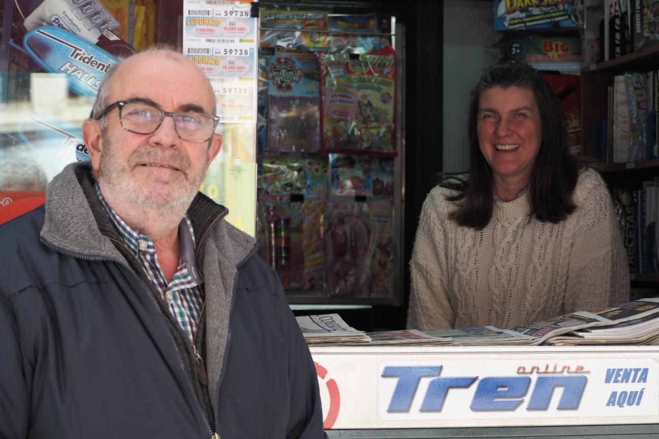 Ramón y Marisa al pie del cañón en la venta y reparto de periódicos en el concejo de Ribadesella