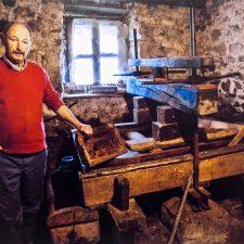 Los vecinos de Nocéu dedican buena parte de su confinamiento al trasiegu de la sidra