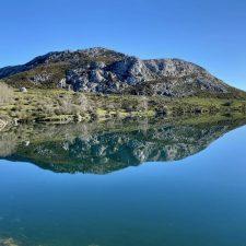 Los Lagos de Covadonga vacíos de turistas, pero llenos de naturaleza en este martes de Semana Santa