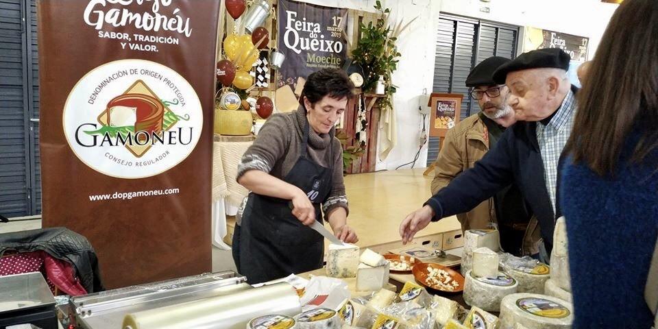 500 cuñas de queso Gamoneu para los sanitarios del HUCA de Oviedo