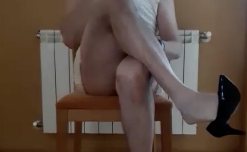 Un cinematográfico cruce de piernas alboroza el confinamiento de Toriellu