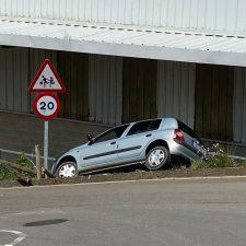 Aparatoso estacionamiento en la rampa de La Atalaya de Ribadesella