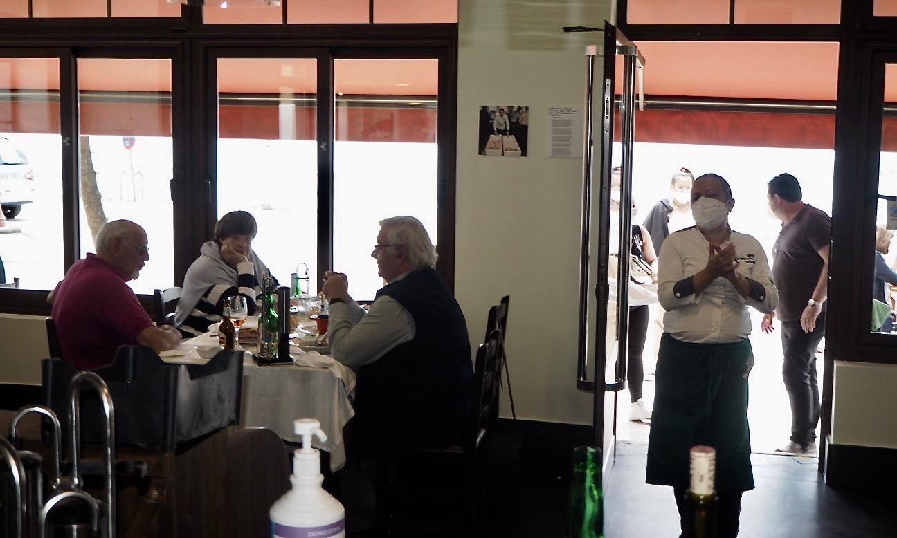 Los bares y restaurantes pueden ocupar desde hoy el 40% de sus mesas en el interior del local