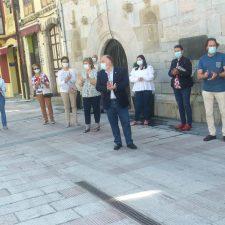 Concentración y minuto de silencio en Ribadesella por los miles de españoles fallecidos con coronavirus