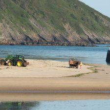 Comienza la limpieza del arenal de Santa Marina, la playa de Ribadesella