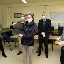 Principado y Fundación EDP reparten 47 ordenadores portátiles entre escolares del oriente de Asturias