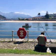 Los primeros pescadores de la desescalada hacen acto de presencia en la costa de Ribadesella