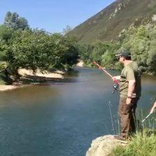 El Marqués saca su primer salmón de la temporada, un ejemplar de siete kilos pescado en el Sella