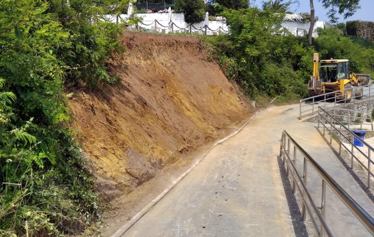 Retirado el argayo que impedía el paso en la playa Palombina de Celorio