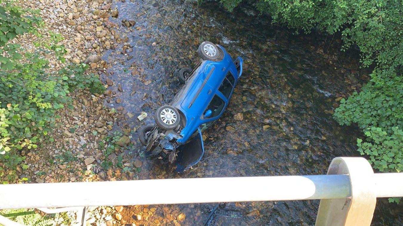 Caen al río Güeña en coche, en La Venta de Cangas de Onís y salen ilesos