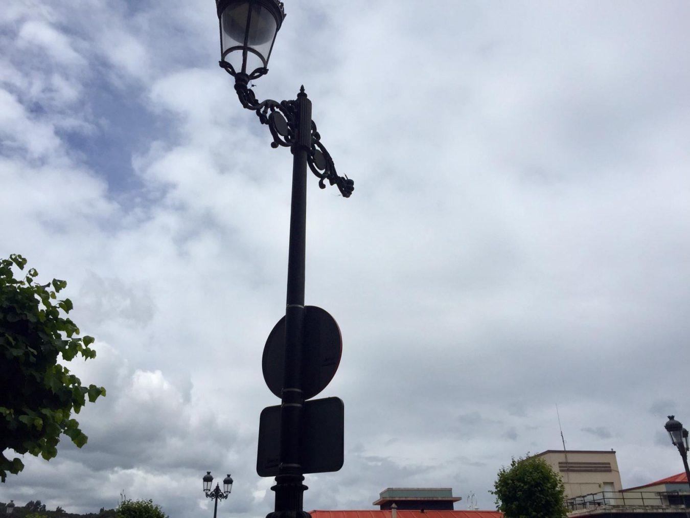 El desprendimiento del foco de una farola daña el capó de un coche en Ribadesella